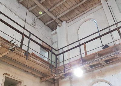 Blick nach oben in Stirnseite der Galerie