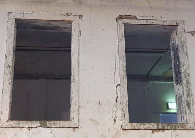 Blick in die erste Etage mit zwei Fenstern auf der Stirnseite